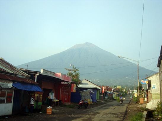 Mount Slamet seen from the market